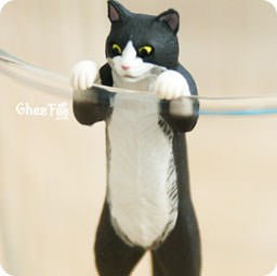 boutique-kawaii-chezfee-authentique-gashapon-kawaii-putitto-marque-verre-chat-accroche2-1